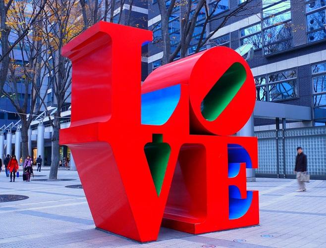 """скульптура """"Кохання"""" Роберта Індіана"""