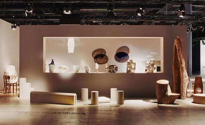 экспозиция Gallery Fumi's, коллекция предметов экстерьерного дизайна от Max Lamb