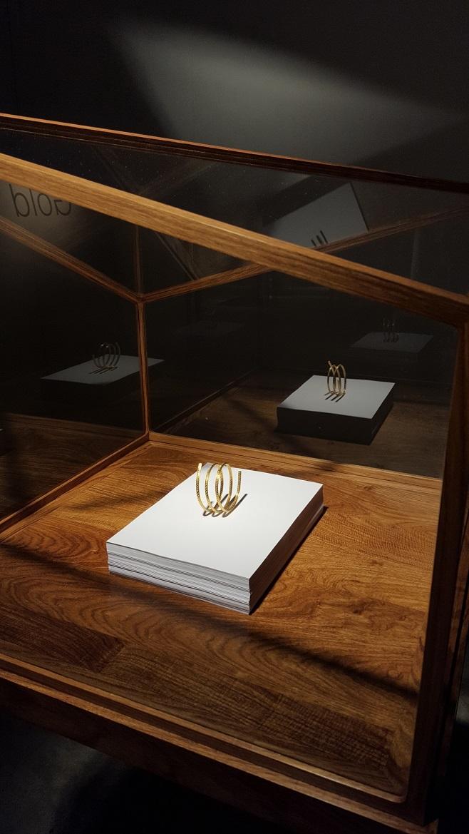 стенд  Elisabetta Cipriani, украшения  художника  Ai  Weiwei