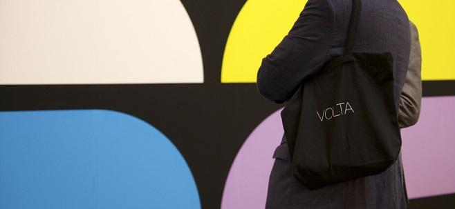 посетительница  на фоне работы художника  Jan van der Ploeg