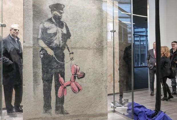 Графіті Бенксі, Охоронець і надувна собака / Фото: James Bombales