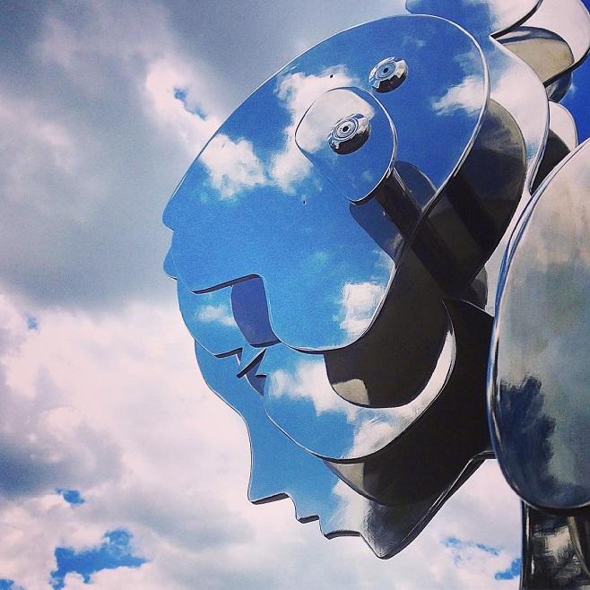 """Скудьптура Олександра Лідаговського, """"Дівчина, що приміряє хмари"""" у котеджному містечку Riviera Zoloсhe / Фото: instagram.com/alexlidagovsky"""