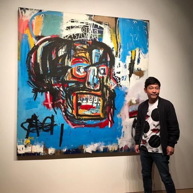 Колекціонер Юсаку Маедзава на фоні придбаної картини Баскія / Фото: instagram.com/yusaku2020