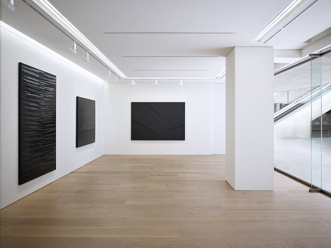 Виставка французького художника-абстракціоніста П'єра Сулажа в новій галереї в Токіо / Фото: perrotin.com