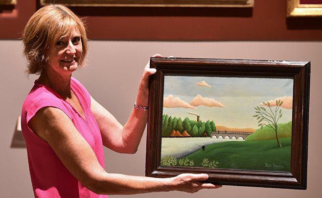 Директор музею музею Антуанетта Ле Фалхер з подарованою картиною Анрі Руссо