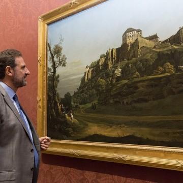Директор Національної галереї Габріеле Фіналді дивиться на викуплену картину Белотто / Фото: National Gallery, London