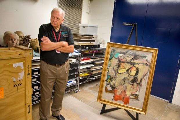 Співробітник Музею мистецтв Університету Арізони зі знайденою картиною де Кунінга / Фото: University of Arizona / The Willem de Kooning Foundation