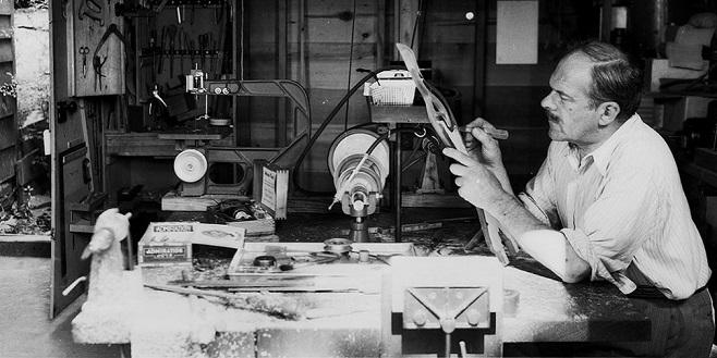 Олександр Архипенко працює над скульптурою, 1947 р. / Фото: archipenko.org