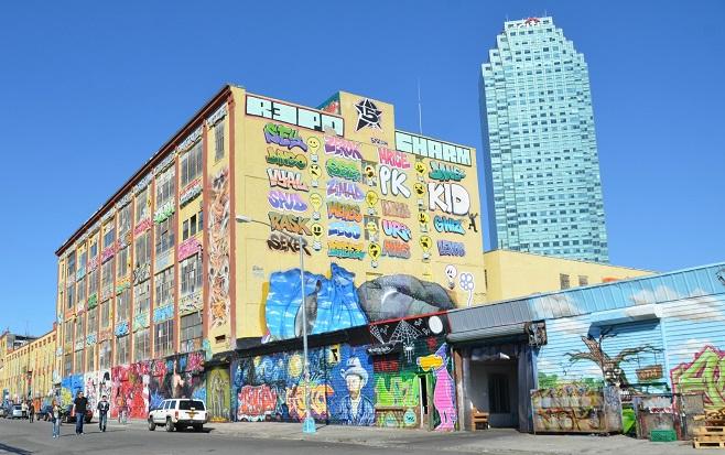 Будівля на якій було замальовано графіті ще до його демонтажу / Фото: newyorkcityinthewitofaneye.com