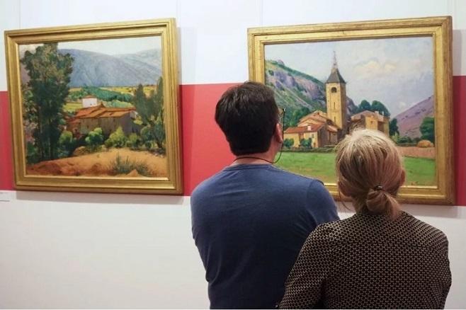 Відвідувачі дивляться на картину Le clocher de Ria (Дзвіниця Ріа) в музеї, присвяченому французькому художнику Етьєну Террусу. / Фото: Раймонд Ройг / AFP / Getty Images.