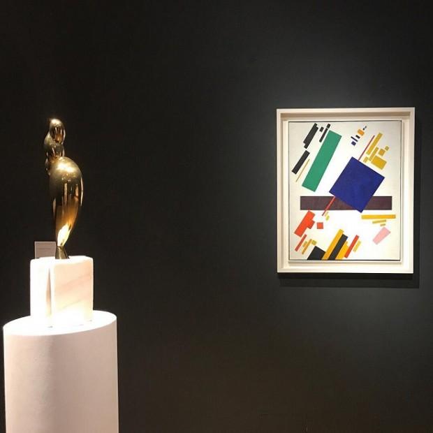 На передаукціонній виставці Christie's. (Ліворуч  скульптура Бранкузі, праворуч полотно Малевича) / Фото: christies.com