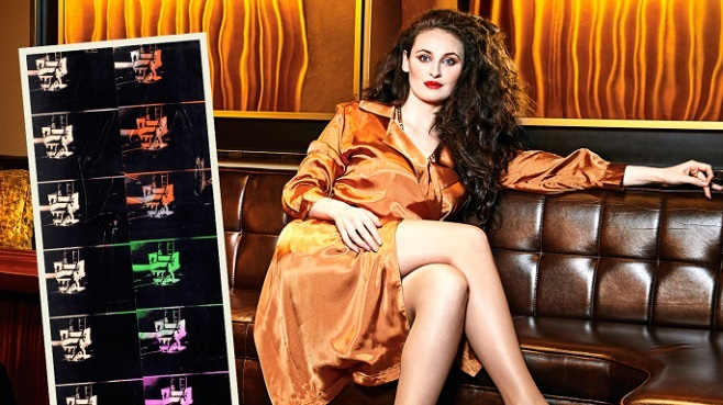"""Еліза Дадіані з картиною Енді Уорхола """"14 малих електричних стільців"""" / Фото: thetimes.co.uk"""