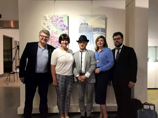 Олег Пінчук, Ірина Акімова, японський художник-кераміст Тошіо та представники української янтарної компанії
