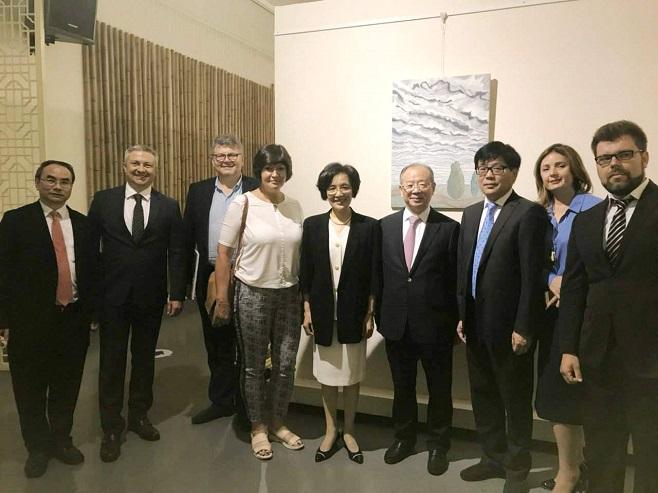 Олег Пінчук та Ірина Акімова з представниками музея муніципалітуту Шанхаю