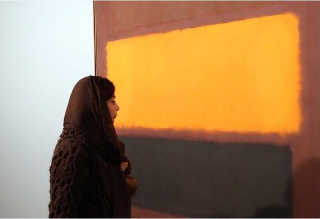 Іранська жінка проходить повз картини американського художника Марка Ротко під час церемонії відкриття виставки сучасного мистецтва в музеї Тегерана сучасного мистецтва (TMOCA) 20 листопада 2015. Фото: АТТА KENARE / AFP / Getty Images