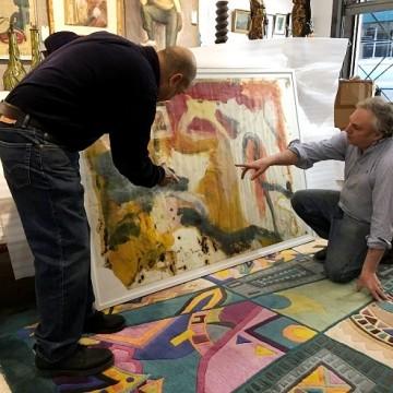 Лоуренс Кастанья і Девід Кіллен розглядають картину, яку можливо написав Віллем де Кунінг / Фото: David Killen Gallery