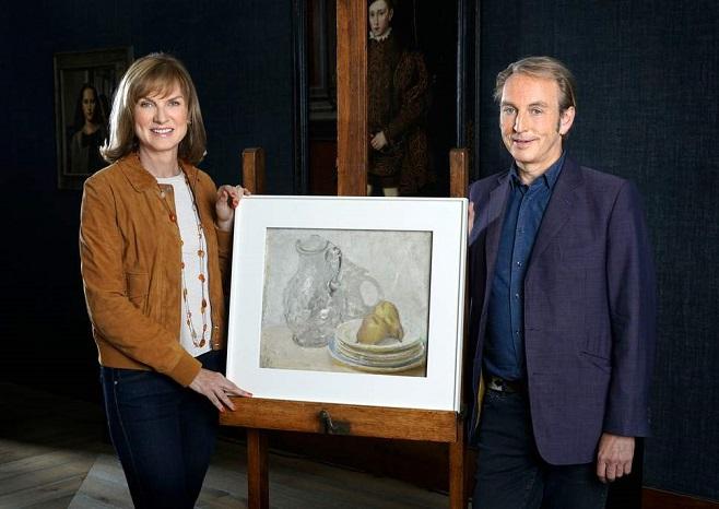 Телеведучі програми Фейк або Фортуна з картиною, яка є підробкою / Фото: BBC Studios / Rolf Marriott