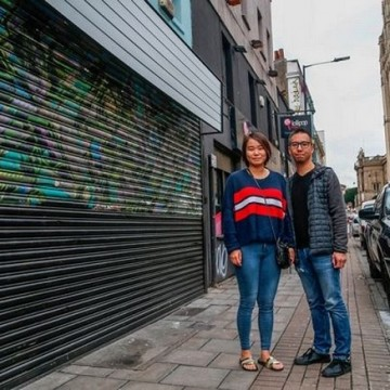 Джо Сі, біля зафарбованого графіті Бенксі / Фото: mirror.co.uk