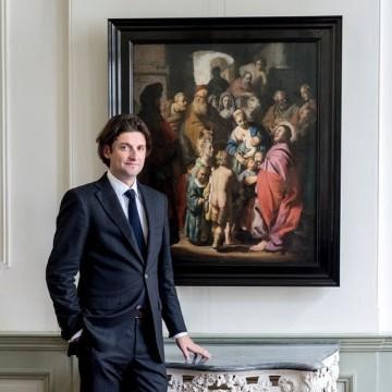 Голландський арт-дилер Ян Сікс біля виявленої картини Рембрандта / Фото: newslocker.com