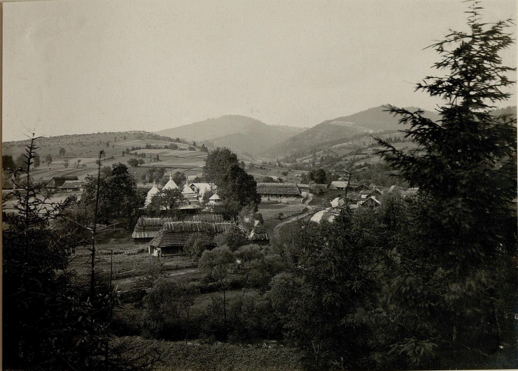 На другій фотографії зображено центер села з півдня на півняч