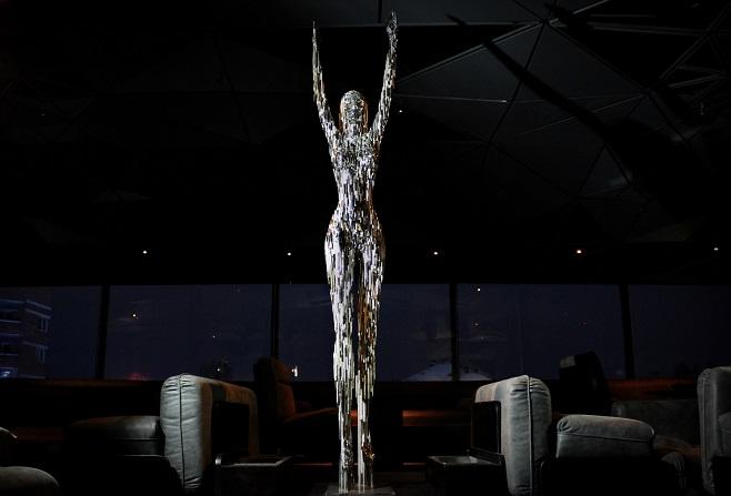 Скульптура «Ская. Телепортація» у нічному клубі SkyBar / Фото: artslooker.com