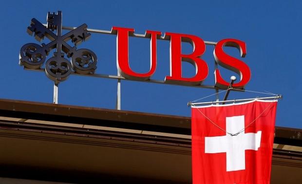 Національний прапор Швейцарії майорить під логотипом швейцарського банку UBS в Цюріху / Фото: Reuters