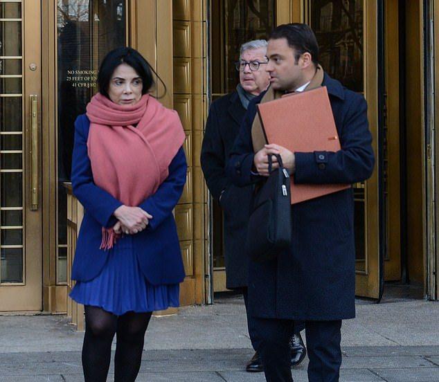 Мері Бун зі своїм адвокатом біля суду / Фото: Маркус Сантос dailymail.com