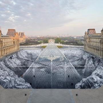 """Робота французького художника JR """"Таємниця Великої піраміди"""" / louvre.fr"""
