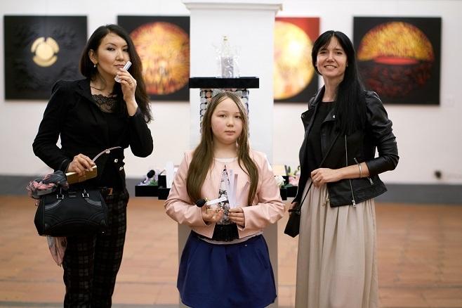 Італійська оперна співачка Ayyane Sambuu завітала на виставку з сім'єю